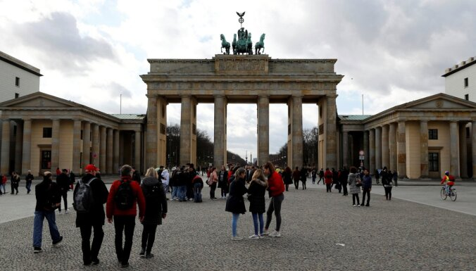 Covid-19: Vācija aizliedz sezonas viesstrādnieku ieceļošanu