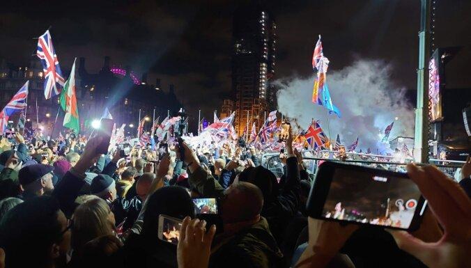 """""""Наступает новый рассвет"""". DELFI в Лондоне: Великобритания вышла из ЕС, флаги спущены"""