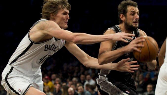 'Nets' un 'Spurs' vienības uzvar septītajās spēlēs un iekļūst konferenču pusfinālos