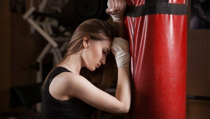 Pētījums: spēka treniņi var palīdzēt atlabt, cīnoties ar vēzi