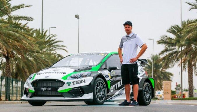 Foto: Baumanis pie Abū Dabī palmām prezentē savas mašīnas jauno krāsojumu