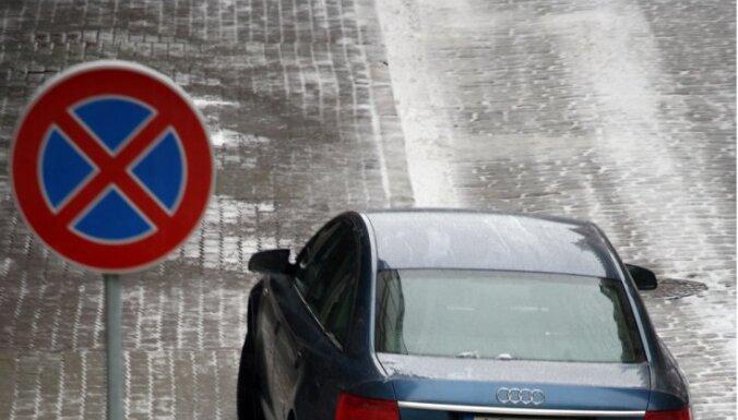 Brīvdienās Rīgā autovadītājiem jārēķinās ar apstāšanās ierobežojumiem
