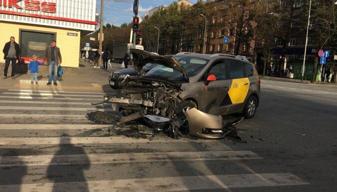 Foto: Brīvības gatvē 'Yandex' taksometrs saskrējies ar KIA