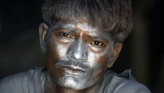 Foto: Indieši pirms Divali gatavo plaukšķenes, lampas un greznus kostīmus