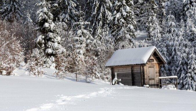 Vīrietis apsaldē pēdas, pēc pirts skrienot pa sniegu