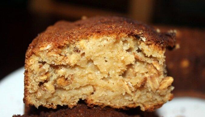 Ātrais kefīra kēkss ar grauzdētām auzu pārslām