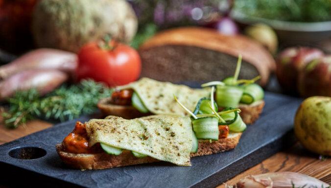 Vieglā siermaizīte ar sālītu gurķi un selerijas mērci