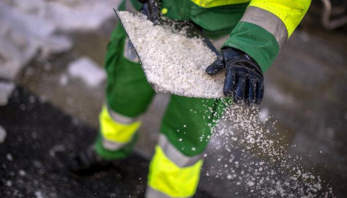 Latvijā autoceļi daudzviet apledojuši un sniegoti, strādā 179 ziemas tehnikas vienības