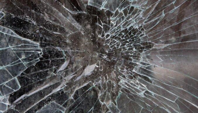 Jaunietis aizmieg automašīnā, kurai izsitis stiklu; bēgot atstāj arī pasi
