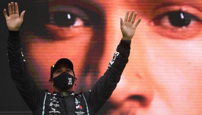 Hamiltons kļūst par uzvarām bagātāko F-1 pilotu