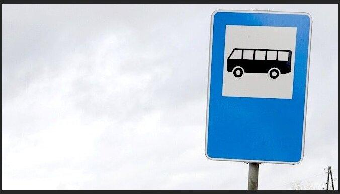 ФОТО: В Риге прицеп с палетами врезался в автобусную остановку