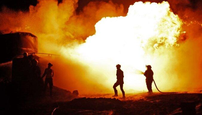 Sīrijas ziemeļos ar raķetēm apšaudītas naftas pārstrādes rūpnīcas
