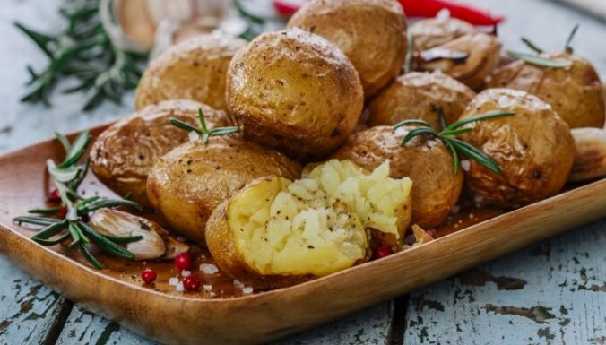 Ekonomiskais tupenis: 14 varianti, kā pagatavot kartupeļus cepeškrāsnī