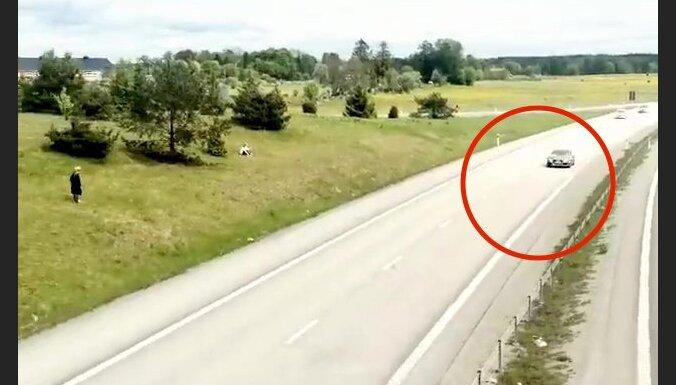 Video: 'Gumball' rallijā ar 210 km/h Oslo noķerts 'Audi' ar Latvijas numurzīmēm