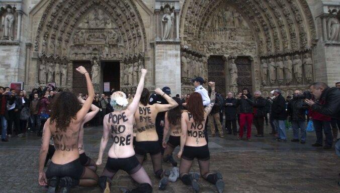ФОТО: Активистки Femen отметили уход Папы Римского