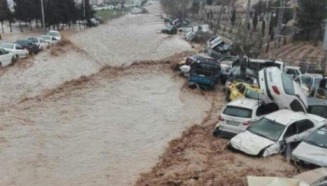 Plūdos Irānā gājuši bojā 19 cilvēki; vairāk nekā 90 ievainoti