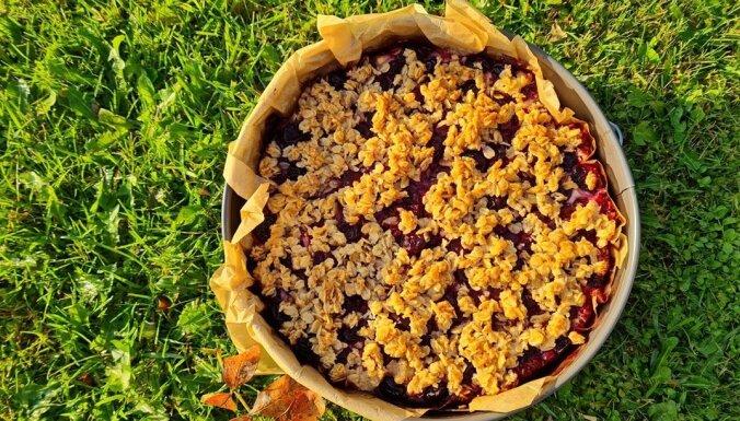 Biezpiena–ķiršu kūka ar auzu pārslu drumstalām