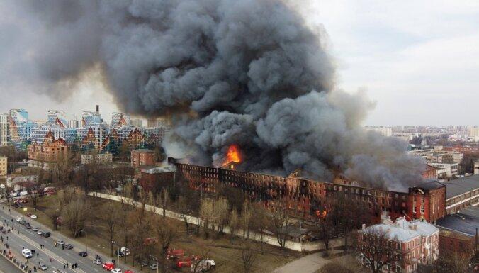 Foto: Vēsturiskas fabrikas ēkā Sanktpēterburgā plosās 'sarkanais gailis'
