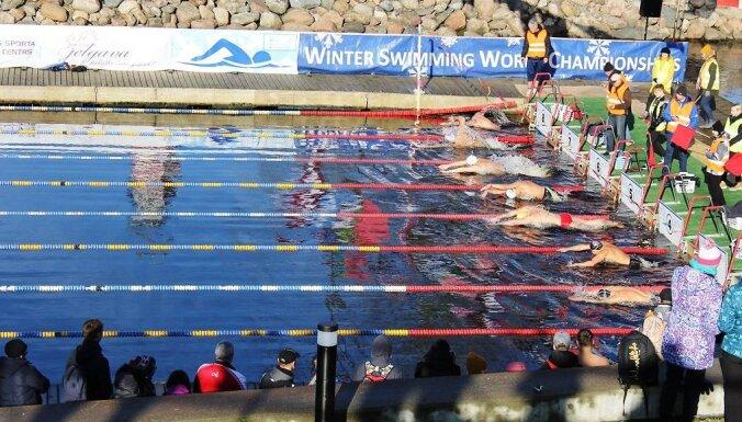 ФОТО: Соревнования по зимнему плаванию собрали в Елгаве моржей со всего мира