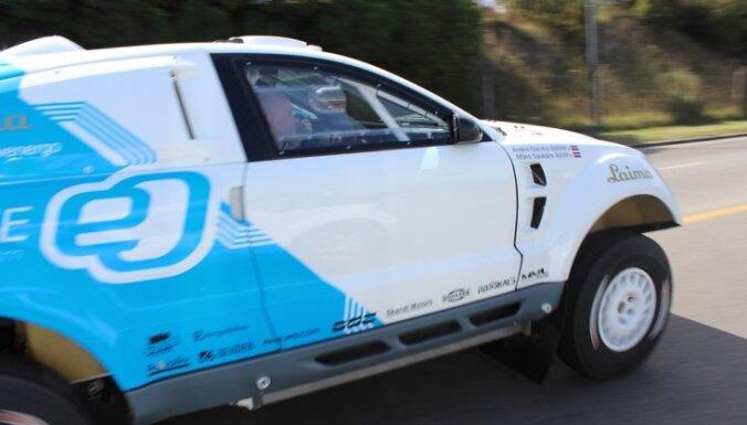 Latvijas ekipāžas 'OSCar' pieticīgi sāk Dakaras ralliju