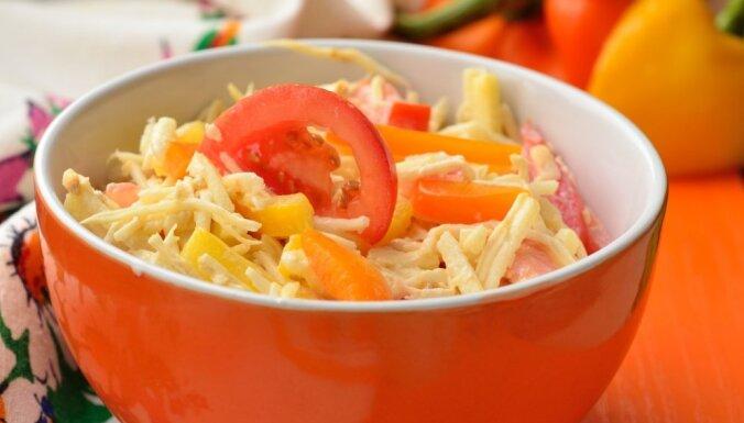 Selerijas saknes salāti ar papriku, tomātiem un jogurta mērci
