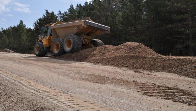 Ceļā Ventspils-Kolka bez putekļiem – grants mētelīti nomaina asfalts. Reportāžu cikls 'Kā paņemt ES naudu?'