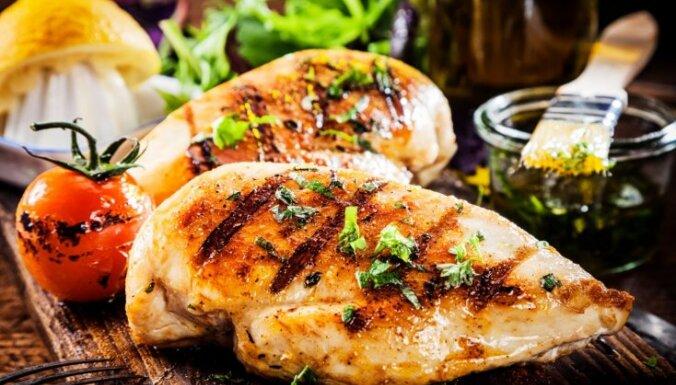 Cepta vistas fileja, kas pildīta ar sieru un pasniegta ar ceptiem gurķiem