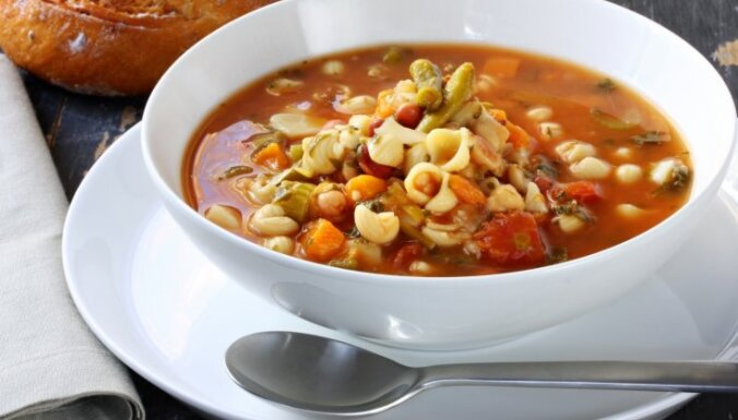 Konservētu tomātu un makaronu zupa