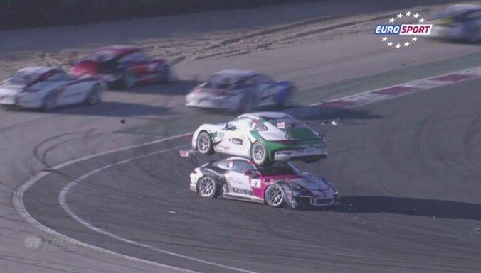 Video: 'Porsche Carrera Cup' sacensībās 'noparkojas' konkurentam uz jumta