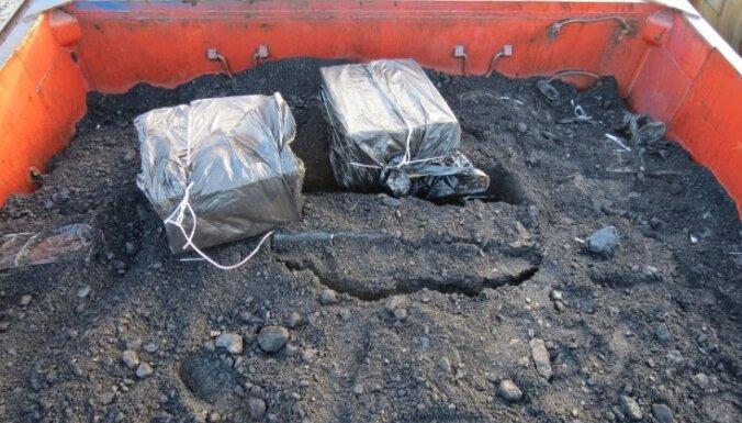 Контрабандисты спрятали сигареты в вагонах с углем