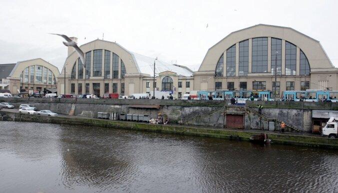 Rīgas kanālā pie Centrāltirgus noslīcis cilvēks