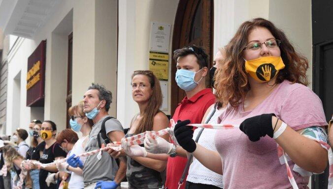 Тысячи венгров выстроились в живую цепь в Будапеште