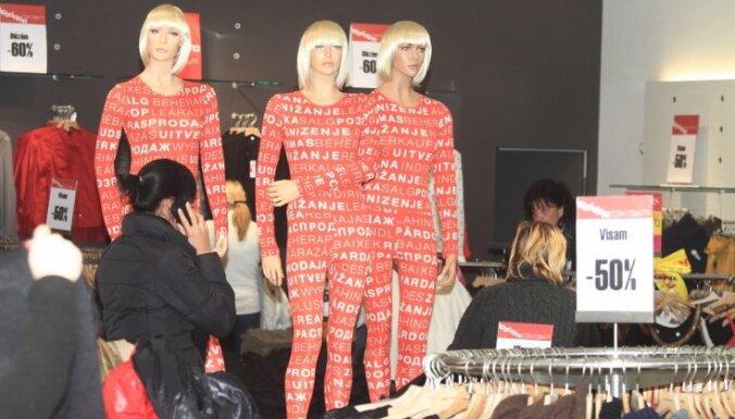 Ļaužu pūļi 'Bazārā' cīnās par lētām drēbītēm