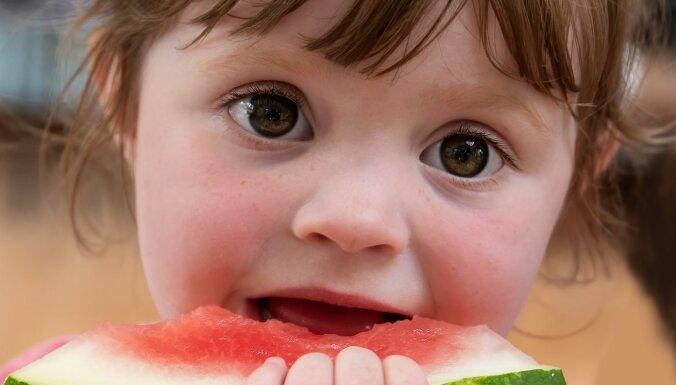 Zīdaini nav ieteicams radināt pie vegāniska uztura; nevēlamie produkti mazuļu ēdienkartē