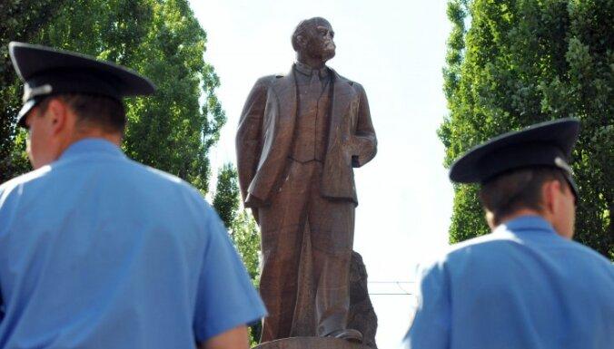 В Киеве снесли последний памятник Ленину