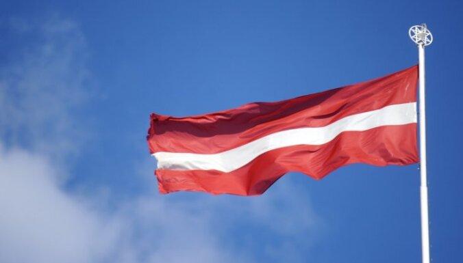 В Риге жители прожгли монументальный флаг Латвии петардами