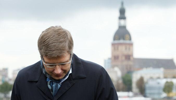 Ušakovs Ukrainas konfliktā redz sabiedrības šķelšanas rezultātu; Iesalnieks iesaka paklusēt