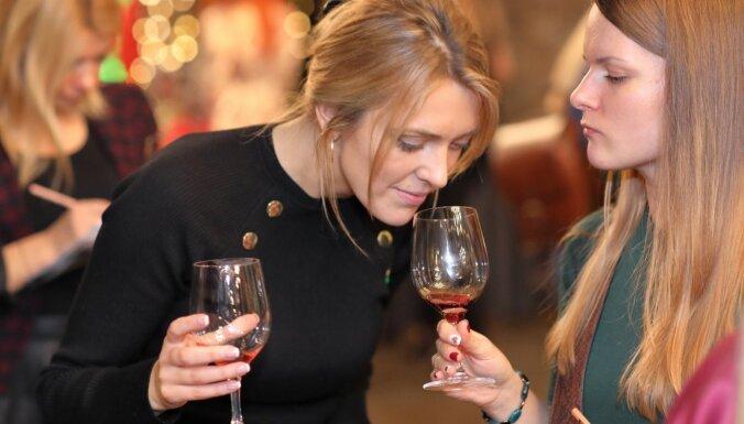 Foto: Vīnmīļi līksmo piektajā Latvijas augļu un ogu vīnu skatē