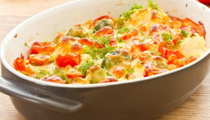 Svaigu kāpostu sacepums ar kartupeļiem un tomātiem