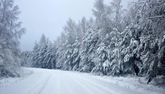Naktī uz pirmdienu gaidāmi nokrišņi; brīdina par stipru sniegu un apledojumu