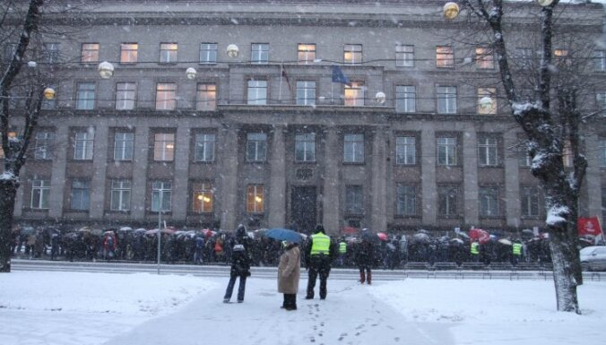 Piketā pret budžetu pulcējušies aptuveni 100 protestētāju