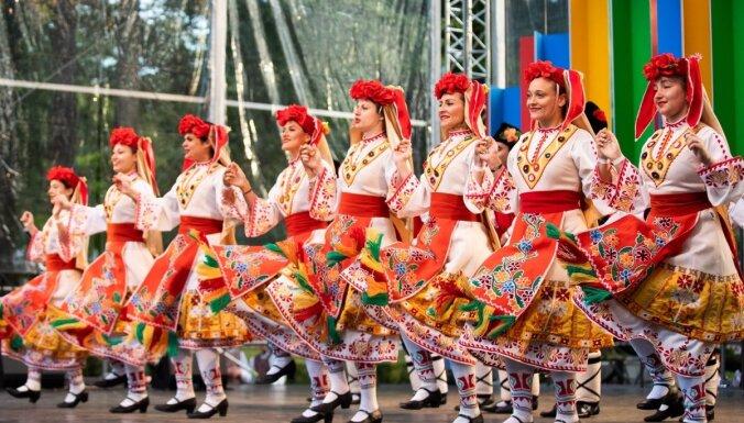 Foto: Dzegužkalnā krāšņi atklāts tautas deju festivāls 'Sudmaliņas'
