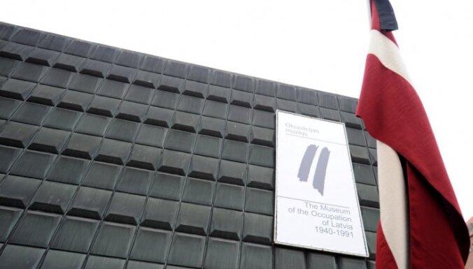Zaiga Gaile vāc parakstus Okupācijas muzeja ēkas saglabāšanai