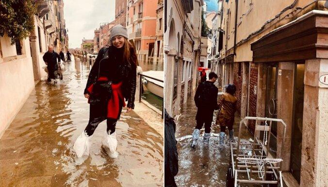 Foto: Gundega Skudriņa applūdušo Venēciju izbrien ar miskastes maisiem kājās