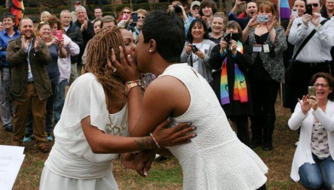 Viendzimuma pāriem ir tiesības laulāties visos 50 ASV štatos, lemj Augstākā tiesa