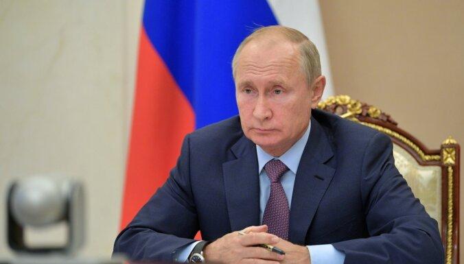 Коронавирус в России: Путин пообещал сделать прививку во вторник