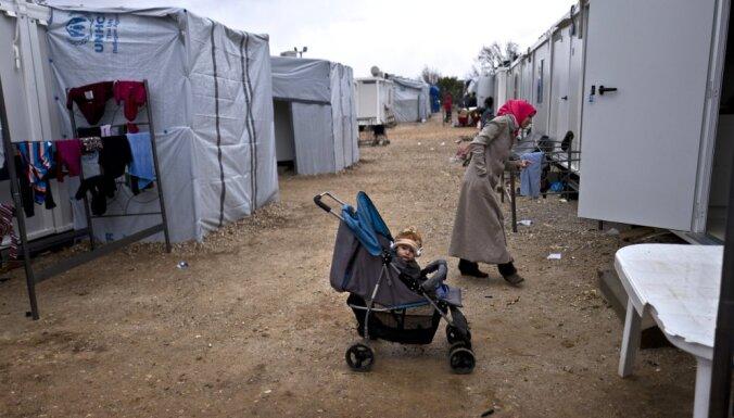 Grieķija migrantiem plāno izsniegt identifikācijas kartes un skaidru naudu