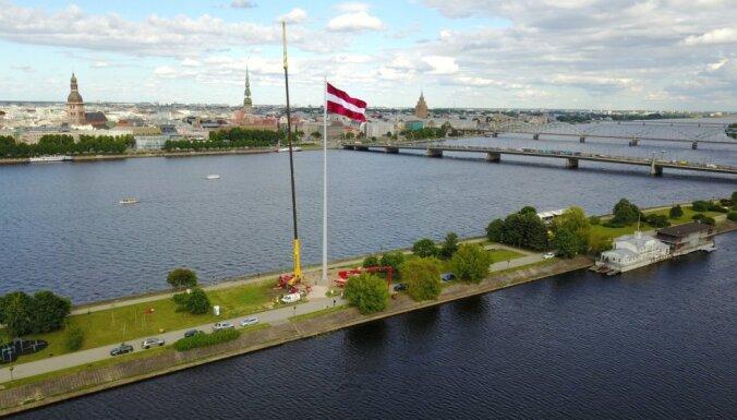 ФОТО: На дамбе AB в Риге устанавливают монументальный флаг Латвии