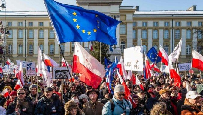 Foto: Polijā tūkstošiem cilvēku protestē pret valdības politiku