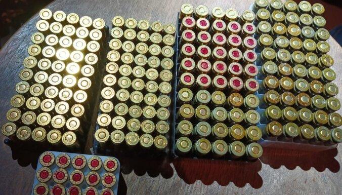 ФОТО. Во время обысков полиция изъяла оружие, боеприпасы, наркотики и сигареты
